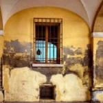 dégâts de l'humidité dans un mur humide